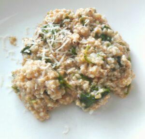 gluteeniton lehtikaalikauratto annos lautasella