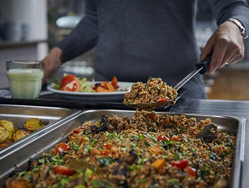 Kuva lounaslinjastosta, josta otetaan lautaselle kaurajyväruokaa
