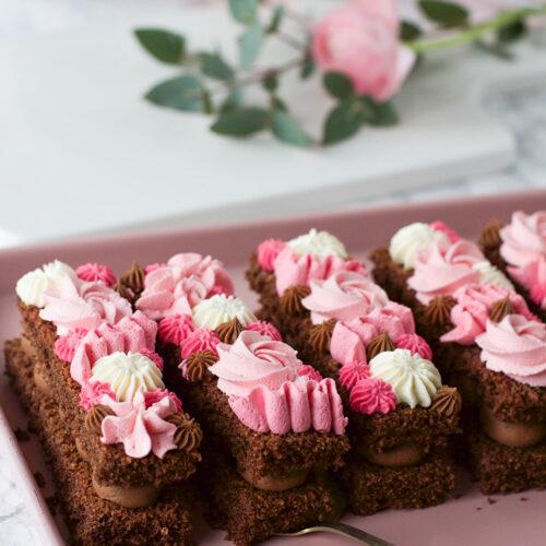 reseptin mukaan valmistetut suklaaleivokset lautasella