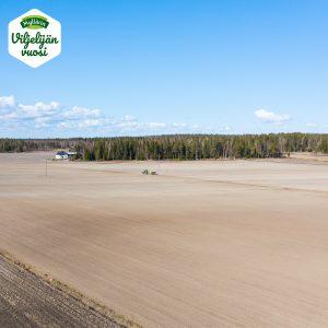 traktori kyntää peltoa 3
