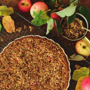 omenapiirakka ja omenoita pöydällä