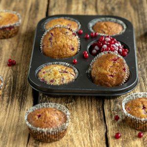 puolukkamuffineita muffinipellin koloissa ja pöydällä