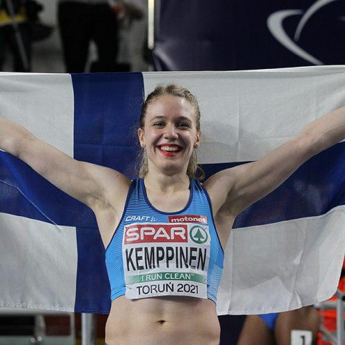 Lotta Kemppinen tuulettaa Suomen lipun kanssa hopeajuoksuaan Torunissa. Kuva: SUL, Jean-Pierre Durand